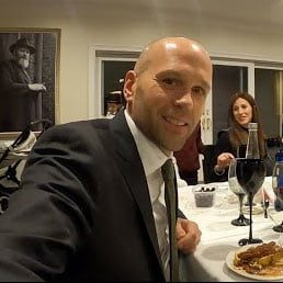 Watch: A Non-Jew Experiences A Shabbos Seudah